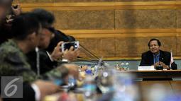 Menko Kemaritiman, Rizal Ramli memberikan keterangan dalam pertemuannya di BPPT, Jakarta, Kamis, (12/11). Sebanyak 30 orang delegasi dari 27 perusahaan mendiskusikan topik - topik Implementasi paket - paket kebijakan Pemerintah. (Liputan6.com/Johan Tallo)