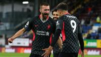 Bek Liverpool, Nathaniel Phillips (kiri) melakukan selebrasi bersama Roberto Firmino usai mencetak gol kedua timnya ke gawang Burnley dalam laga lanjutan Liga Inggris 2020/2021 pekan ke-37 di Turf Moor, Burnley, Rabu (19/5/2021). Liverpool menang 3-0 atas Burnley. (AFP/Alex Livesey/Pool)