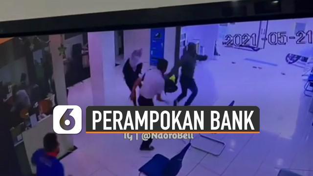 Terekam kamera cctv detik-detik perampokan terjadi di sebuah bank daerah Jalan Hasan Basri, Samarinda, Kalimantan Timur.