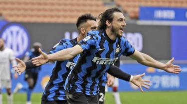 Bek Inter Milan, Matteo Darmian melakukan selebrasi usai mencetak gol ke gawang Cagliari dalam laga lanjutan Liga Italia 2020/2021 pekan ke-30 di San Siro Stadium, Milan, Minggu (11/4/2021). Inter Milan menang 1-0 atas Cagliari. (AP/Luca Bruno)