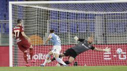 Pemain AS Roma, Henrikh Mkhitaryan, mencetak gol ke gawang Lazio pada laga Liga Italia di Stadion Olimpico, Roma, Minggu (16/5/2021). AS Roma menang dengan skor 2-0. (AP/Andrew Medichini)