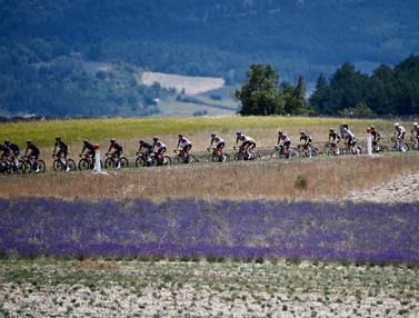 FOTO: Taklukkan Rute Tanjakan Ikonik, Wout Van Aert Juara di Etape 11 Tour de France