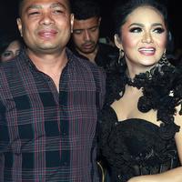 Bukan hanya facial, agar menjaga kulit wajah tetap terlihat awet muda, Raul kerap ikut melakukan perawatan wajah bersama istrinya (Deki Prayoga/Bintang.com)