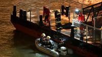 Petugas menyisir Sungai Danube di Budapest, lokasi kapal wisata yang membawa turis Korea Selatan tenggelam. (AP)