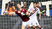 Joe Hart (kiri) menghalau bola dari gawangnya saat melawan Atalanta pada lanjutan liga Italia Serie A di Atleti Azzurri d'Italia stadium,  Bergamo, Italy (12/9/2016) dini hari WIB.. Atalanta menang 2-1. (EPA/Paolo Magni)
