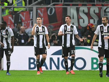Bintang Juventus, Cristiano Ronaldo berselebrasi usai menciptakan gol kedua bagi Juventus ke gawang AC Milan pada lanjutan laga serie a yang berlangsung di stadion San Siro, Milan (12/11). Juventus menang 2-0. (AFP/Marco Bertorello)