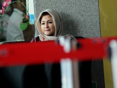 Istri terdakwa dugaan korupsi e-KTP Setya Novanto, Deisti Astriani Tagor saat di ruang tunggu Gedung KPK jelang menjalani pemeriksaan, Jakarta, Rabu (10/1). Sebelumnya pada Senin (20/11) lalu, Deisti juga telah diperiksa. (Liputan6.com/Helmi Fithriansyah)