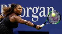 Petenis Serena Williams mengembalikan bola ke arah Venus Williams saat bertanding di putaran ketiga turnamen tenis AS Terbuka di New York, Jumat (31/8). Serena mengalahkan Venus dengan skor 6-1, 6-2. (AP Photo/Adam Hunger)