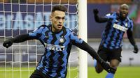 Striker Inter Milan, Lautaro Martinez, melakukan selebrasi usai mencetak gol ke gawang Lazio pada laga Liga Italia di Stadion Giuseppe Meazza, Senin (15/2/2021). Inter Milan menang dengan skor 3-1. (AP/Luca Bruno)