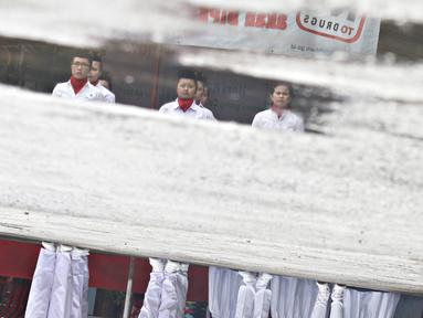 Warga binaan rumah tahanan klas II A Pondok Bambu mengikuti lomba pengibaran bendera di Jakarta, Kamis (21/4). Lomba diadakan memperingati Hari Kartini agar semangatnya tetap menggelora di hati para warga binaan wanita. (Liputan6.com/Immanuel Antonius)