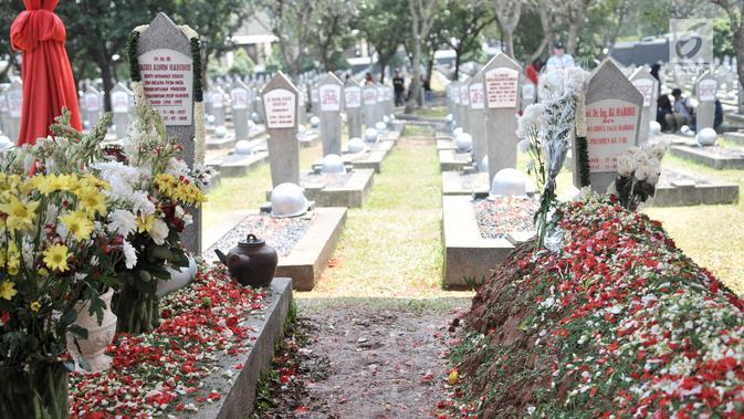 Makam Presiden ke-3 RI BJ Habibie (kanan) yang berdampingan dengan makam Ainun Habibie di TMP Kalibata, Jakarta, Minggu (15/9/2019). Sejumlah warga masih terlihat mengunjungi makam Habibie untuk berziarah. (merdeka.com/Iqbal Nugroho)