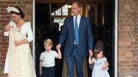 Pangeran William dan Kate Middleton bersama anak mereka, Pangeran George, Putri Charlotte serta Pangeran Louis tiba untuk acara pembaptisan di Chapel Royal, St. James Palace, London, Senin (9/7). (Dominic Lipinski/Pool via AP)