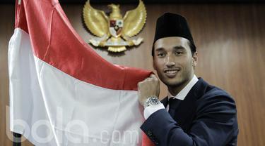 Ezra Walian pesepak bola naturalisasi asal Belanda resmi menjadi Warga Negara Indonesia pada Kamis (18/5/2017) di Kanwil Menhukham, Jakarta. (Bola.com/Peksi Cahyo)