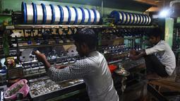 Pekerja pabrik mencuci kepompong murbei di pabrik sutra tertua di Srinagar, Kashmir, India, Senin (30/7). Pabrik sutra tertua di Kashmir ini didirikan dengan bantuan Sir Thomas Wardle, Presiden Asosiasi Sutra Inggris. (Tauseef MUSTAFA/AFP)