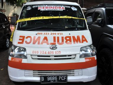 Penampakan ambulans Partai Gerindra yang diamankan polisi terparkir di halaman Mapolda Metro Jaya, Jakarta, Kamis (23/5/2019). Ambulans milik Partai Gerindra Tasikmalaya berpelat nomor B 9686 PCF tersebut diamankan polisi karena diduga mengangkut batu dalam Aksi 22 Mei. (merdeka.com/Iqbal Nugroho)