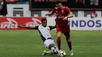 Kiper PS TIra, Syahrul Trisna, membuang bola saat melawan Persija Jakarta pada laga Liga 1 di Stadion Wibawa Mukti, Jawa Barat, Sabtu (10/11). Kedua klub bermain imbang 0-0. (Bola.com/Yoppy Renato)