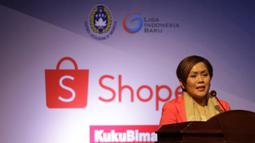 Direktur SCM, Harsiwi Achmad, memberikan sambutan saat Peluncuran Shopee Liga 1 di SCTV Tower, Jakarta, Senin (13/5). Sebanyak 18 klub akan bertanding pada Liga 1 mulai tanggal 15 Mei. (Bola.com/Vitalis Yogi Trisna)