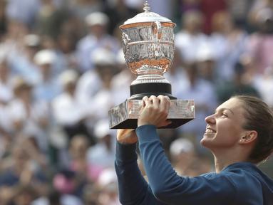 Petenis Rumania, Simona Halep mengangkat trofi Prancis Terbuka 2018 usai kalahkan petesni Amerika, Sloane Stephens di Roland Garros stadium, Paris, Prancis, (9/6/2018). Simona menang 3-6, 6-4, 6-1. (AP/Alessandra Tarantino)