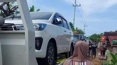 Sejumlah warga di Tuban memborong mobil baru usai menerima ganti rugi. (Ahmad Adirin/Liputan6.com)