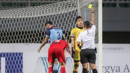 Kiper Persela Lamongan, Dwi Kuswanto mendapatkan kartu kuning setelah melakukan pelanggaran di dalam kotak penalti saat melawan Persija Jakarta dalam laga pekan ke-4 BRI Liga 1 2021/2022 di Stadion Pakansari, Bogor, Jumat (24/09/2021). Persela kalah 1-2. (Bola.com/Bagaskara Lazuardi)