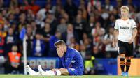 Gelandang Chelsea, Mason Mount, tampak lesu usai dikalahkan Valencia pada laga Liga Champions di Stadion Stamford Bridge, Selasa (17/9/2019). Chelsea takluk 0-1 dari Valencia. (AP/Frank Augstein)