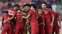 Para pemain Timnas Indonesia bersiap saat akan melawan Thailand pada laga Piala AFF 2018 di Stadion Rajamangala, Bangkok, Sabtu (17/11). Thailand menang 4-2 dari Indonesia. (Bola.com/M. Iqbal Ichsan)