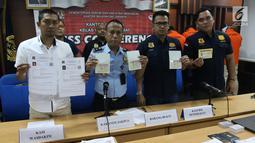 Kepala Kantor Imigrasi Kelas I Jakarta Pusat Is Edy Ekoputranto menunjukkan barang bukti pemalsuan visa asing di Jakarta, Selasa (6/3). Empat WNA diduga memalsukan telex visa RI dan stiker visa negara asing. (Liputan6.com/Arya Manggala)