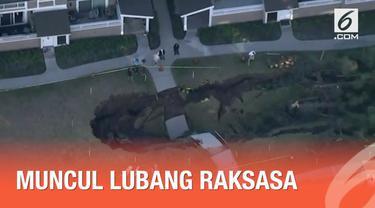 Sebuah lubang raksasa muncul di antara dua bangunan kondominium di California. Diduga terjadi karena runtuhnya saluran air di bawah tanah.