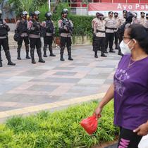 Aparat kepolisian bersenjata lengkap bersiaga di kawasan Bundaran Hotel Indonesia (HI),  Jakarta, Rabu (12/5/2021). Pengamanan ketat tersebut dilakukan untuk menjaga perayan Idul Fitri 1442 di jantung Ibu Kota. (Liputan6.com/Angga Yuniar)