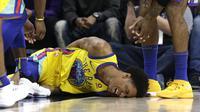 Penggawa Golden State Warrior, Patrick McCaw, mengalami cedera saat bersua Sacramento Kings, Minggu (1/4/2018) (AP/Rich Pedroncelli)