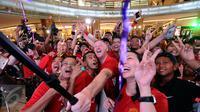Legenda Manchester United David May (tengah) foto bersama penggemarnya usai pemberian hadiah pemenang Chevrolet Fan Club di Jakarta, Jumat (17/3). Empat pemenang berhak hadiah perjalanan ke Stadion Old Trafford. (Liputan6.com/Helmi Fithriansyah)
