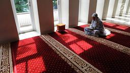 Umat Muslim bertadarus atau membaca Alquran di Masjid Al-Madinah, Parung, Bogor, Selasa (7/5/2019). Pada bulan Ramadan sebagian umat muslim memanfaatkan waktu memperbanyak ibadah dengan tadarusan dan melaksanakan salat sunah di Masjid. (merdeka.com/Arie Basuki)