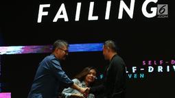 CEO KapanLagi Youniverse Steve Christian (kiri) bersalaman saat menjadi pembicara dalam Talk Show Failing Forward di Kota Kasablanka Mall, Jakarta, Sabtu (27/10). (Merdeka.com/Imam Buhori)