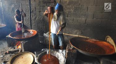 Pekerja membuat dodol keranjang di pabrik Ny Lauw, Neglasari, Tangerang, Banten, Minggu (27/1). Menjelang Imlek, tingkat pesanan dodol mengalami peningkatan hingga tiga kali lipat dari biasanya. (Merdeka.com/Arie Basuki)