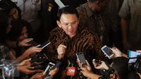 Gubernur DKI Jakarta, Basuki Tjahaja Purnama menjawab pertanyaan usai membacakan gugatan pasal aturan cuti kampanye UU Pilkada di Mahkamah Konstitusi, Jakarta, Rabu (31/8). Ahok mengajukan uji materi pasal 70 ayat 3. (Liputan6.com/Helmi Fithriansyah)