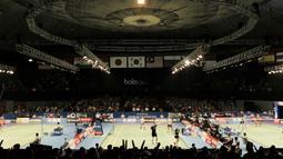 Sejumlah penonton menyaksikan Indonesia Open 2017.  Veneu untuk menggelar Indonesia Open ini berkapasitas 3.400 kursi. (Bola.com/M Iqbal Ichsan)