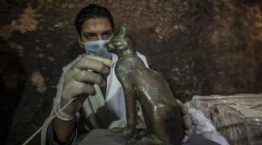 Penemuan puluhan mumi kucing di sebuah pemakaman kuno di Mesir (AFP/Khaled Desouki)