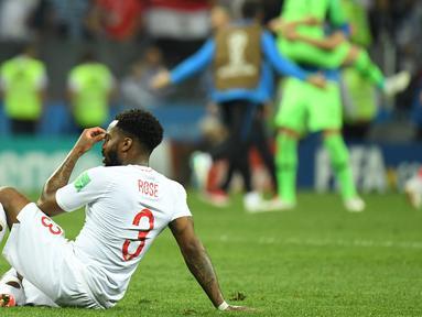 Bek timnas Inggris, Danny Rose terlihat kecewa sambil duduk di lapangan seusai babak semifinal Piala Dunia 2018 melawan Kroasia di Stadion Luzhniki, Rabu (11/7). Rose menyita perhatian lantaran mengenakan kaus kaki yang berlubang. (AFP/Kirill KUDRYAVTSEV)