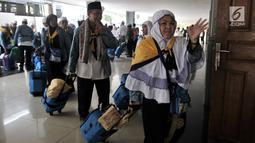 Jemaah haji kloter 2 asal Provinsi Banten tiba di Asrama Haji Pondok Gede, Jakarta, Rabu (29/8). Dalam kloter ini tercatat tidak ada jemaah haji yang sakit ataupun meninggal dunia saat menunaikan ibadah di Mekkah. (Merdeka.com/Iqbal S. Nugroho)