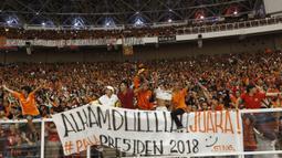Para Jakmania merayakan kemenangan Persija Jakarta atas Bali United pada final Piala Presiden di SUGBK, Jakarta, Sabtu (17/2/2018). Persija menang 3-0 atas Bali United. (Bola.com/M Iqbal Ichsan)