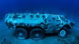Kendaraan pengangkut personel lapis baja Angkatan Bersenjata Yordania yang tenggelam di dasar laut Laut Merah di lepas pantai kota pelabuhan selatan Aqaba, pada 23 Juli 2019. Kendaraan tempur ini menjadi bagian dari museum militer bawah laut yang baru. (Aqaba Special Economic Zone Authority / AFP)