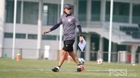 Pelatih Timnas Indonesia, Shin Tae-yong saat memimpin pemusatan latihan. (PSSI).