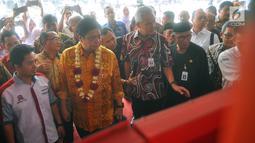 Menperin Airlangga Hartarto dan Gubernur Jawa Tengah Ganjar Pranowo melihat pameran produksi hasil karya industri dalam negeri di Pabrik Duniatex, Demak KM 14, Jawa Tengah, Kamis (28/2). (Liputan6.com/Gholib)