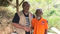 Mbah Sadiman mendapatkan penghargaan Apresiasi Dukungan Insan Inspiratif di Desa Geneng, Kecamatan Bulukerto, Wonogiri, Jawa Tengah pada Minggu (25/8/2019). (Dok Badan Nasional Penanggulangan Bencana/BNPB)