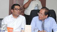 Menko Kemaritiman, Rizal Ramli berbincang dengan Wali Kota Bandung Ridwan Kamil saat rapat di Jakarta, Selasa (24/11). Rapat membahas pembuatan tol dalam Kota Bandung untuk mengurangi kemacetan di kota tersebut. (Liputan6.com/Angga Yuniar)