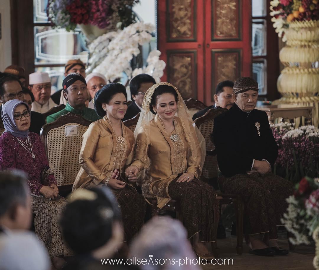 Kehangatan Iriana Jokowi dan besan di pernikahan Kahiyang Ayu dan Bobby Nasution [foto: instagram.com/allseasonsphoto]