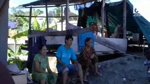 Akibat Abrasi Sungai, 3 keluarga di Sulawesi Barat mengungsi di pinggir Sungai. Hingga kini mereka belum mendapatkan bantuan dari dinas sosial setempat