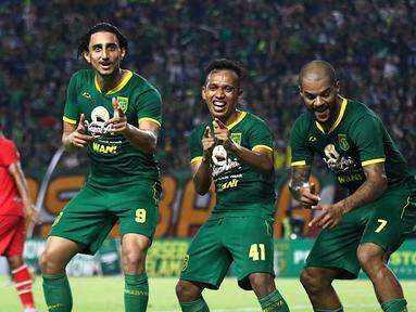 Para pemain Persebaya Surabaya merayakan gol yang dicetak David Da Silva ke gawang Sabah FA pada laga persahabatan di Stadion Gelora Bung Tomo, Surabaya, Sabtu (8/2). Persebaya menang 3-1 atas Sabah FA. (Bola.com/Aditya Wany)