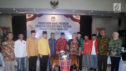 Ketua KPU Arief Budiman saat menyambut kedatangan 9 sekjen partai politik pendukung Jokowi di Kantor KPU, Jakarta, Selasa (7/8). Kedatangan 9 sekjen tersebut untuk berkonsultasi terkait pendaftaran Capres dan Wapres. (Merdeka.com/Iqbal S. Nugroho)