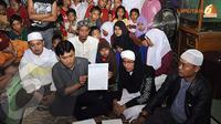 Arya Wiguna melakukan sumpah pocong guna menguatkan ucapannya yang telah menyatakan bahwa Farhat dan Regina benar selingkuh (Liputan6.com/Rini Suhartini).